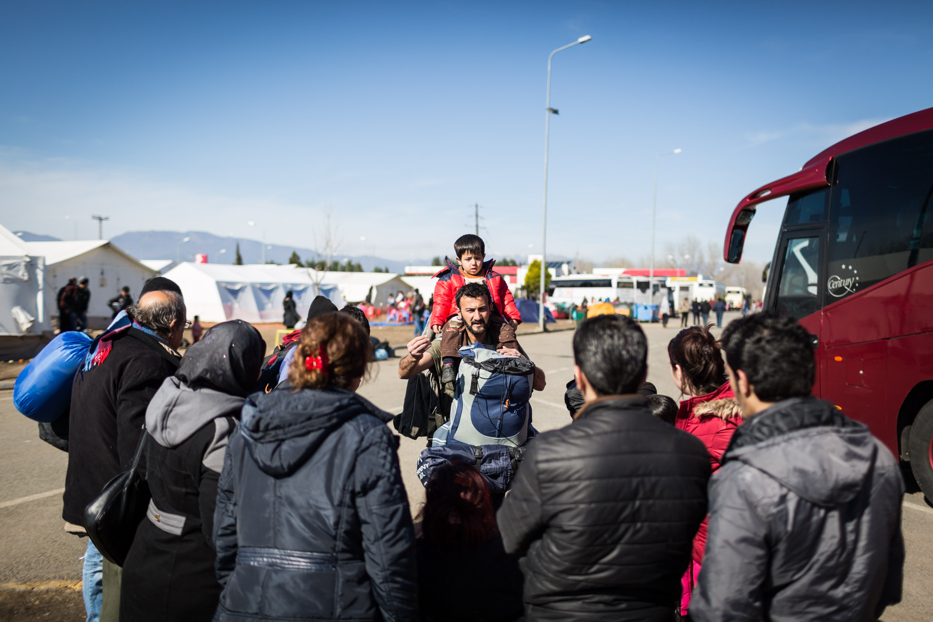 The next morning in Polycastro, rumours are spreading that the border would be shut down very soon. The rumours spread throughout the whole camp at the gas station and within 90 minutes, 2000 people decide to make their way to Idomeni on foot. Basem talks with fellow refugees what to do.